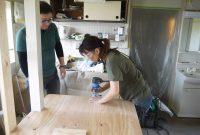 DIYインストラクターとDIYに挑戦する女性
