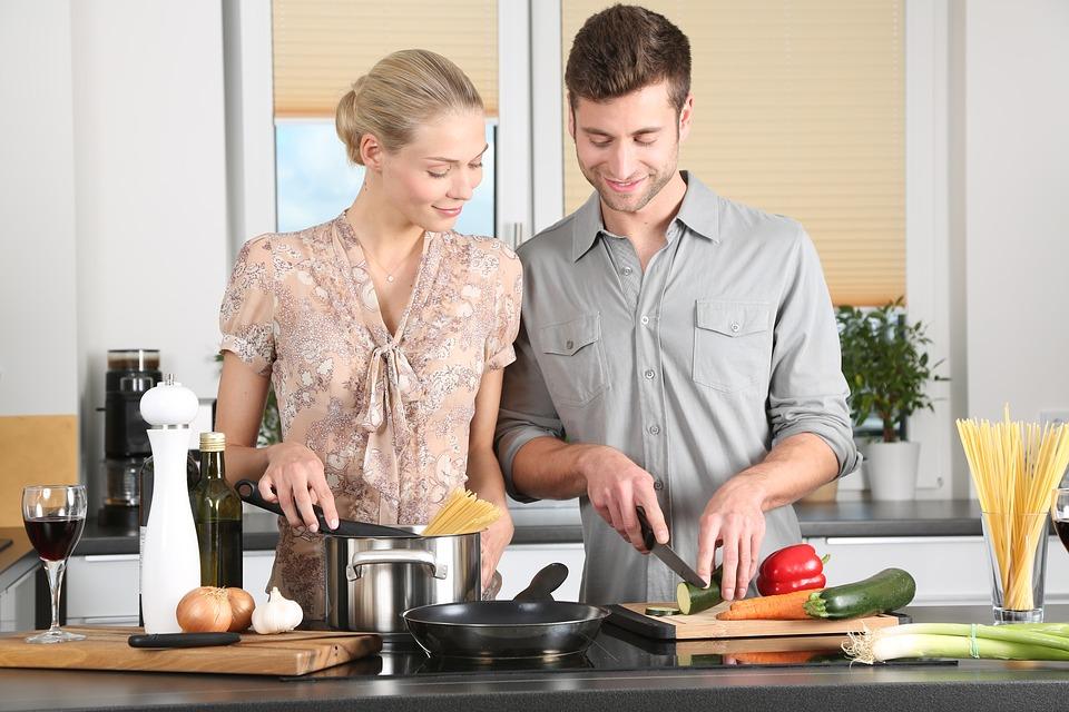 キッチンで料理をする夫婦
