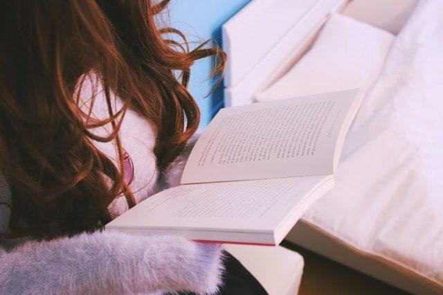 快適な部屋で本を読む女性