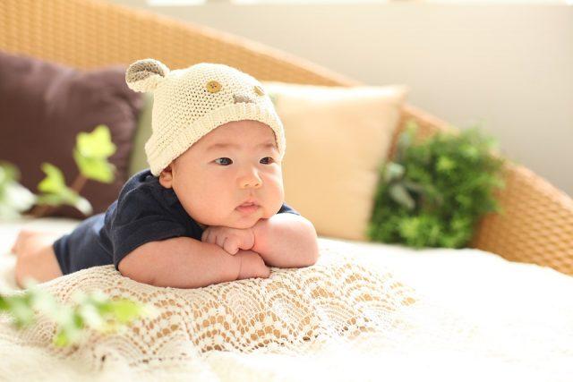 帽子をかぶった可愛い赤ちゃん