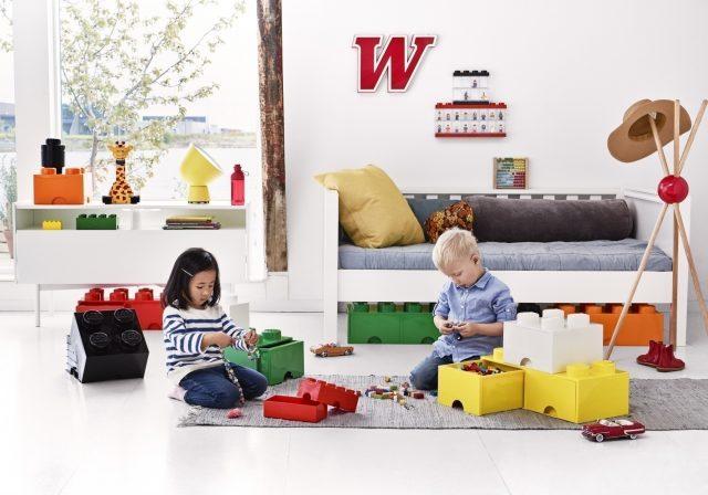 レゴストレージからおもちゃを出して遊ぶ子ども