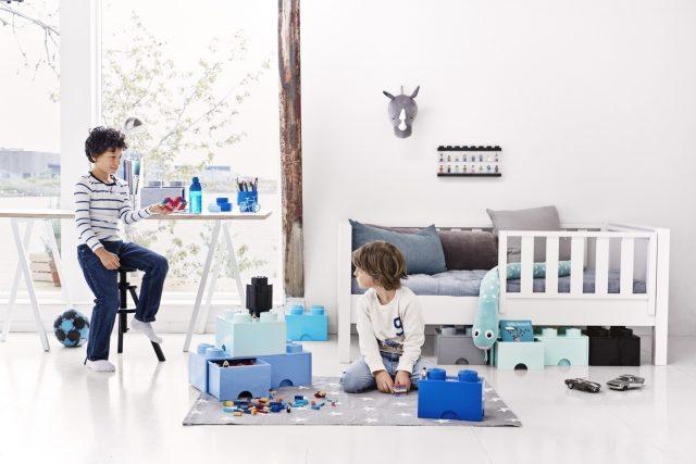 青いレゴストレージを置いた男の子の部屋