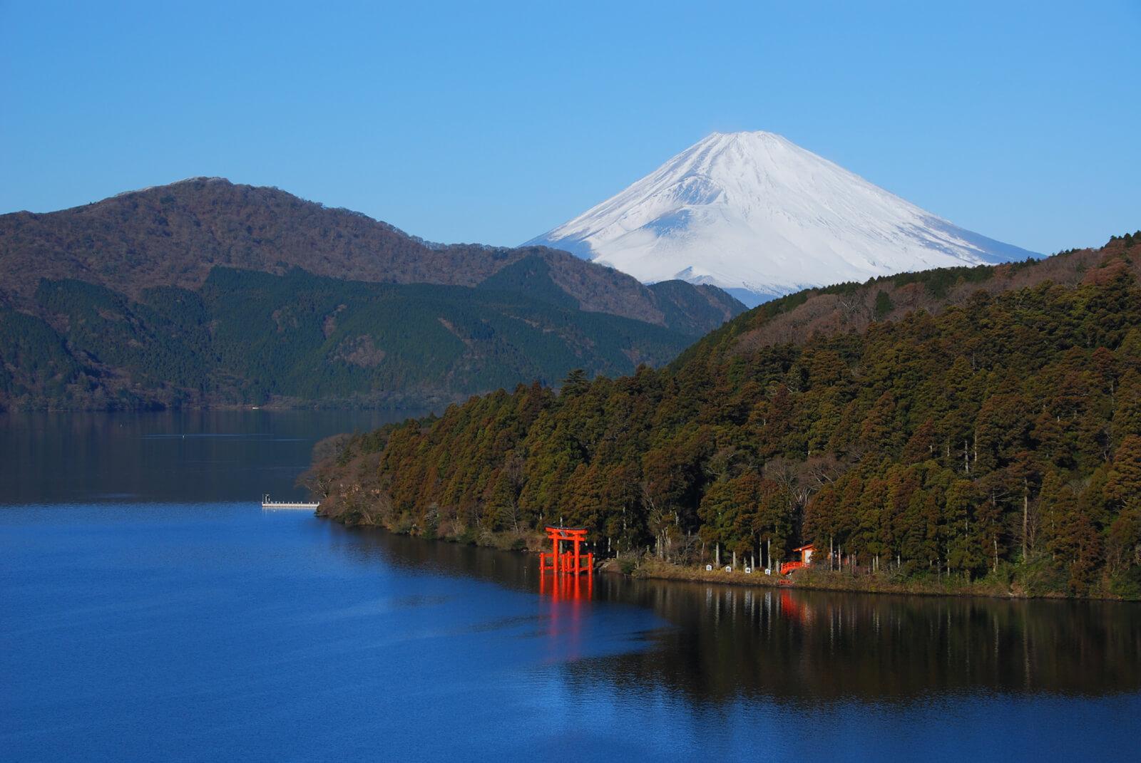 富士山と鳥居の見える芦ノ湖