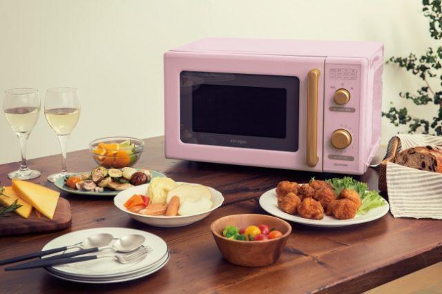 電子レンジとお料理が並んだテーブル