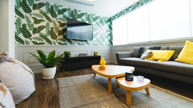 テレビとソファのあるリビングルーム
