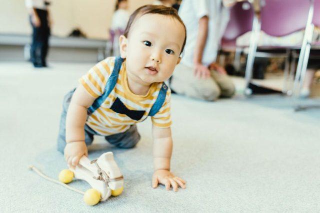 木曽馬のおもちゃで遊ぶ赤ちゃん