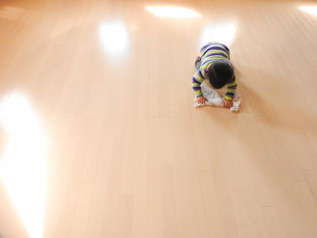 床掃除をする子供