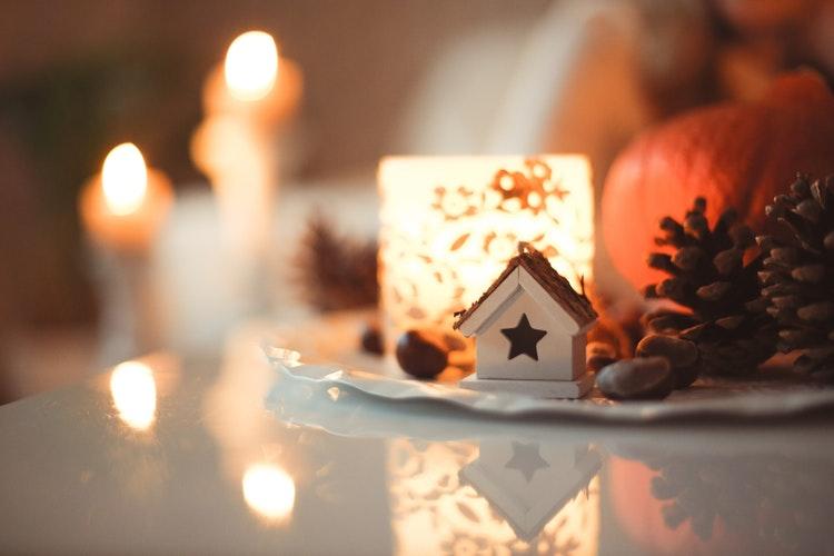 テーブルに飾られたキャンドルとクリスマスの飾り