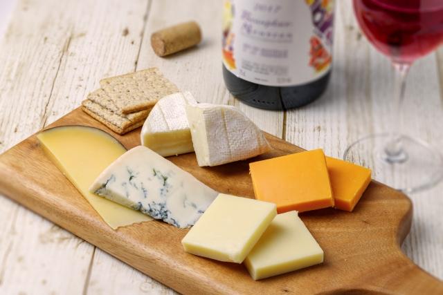 カッティングボードとチーズ