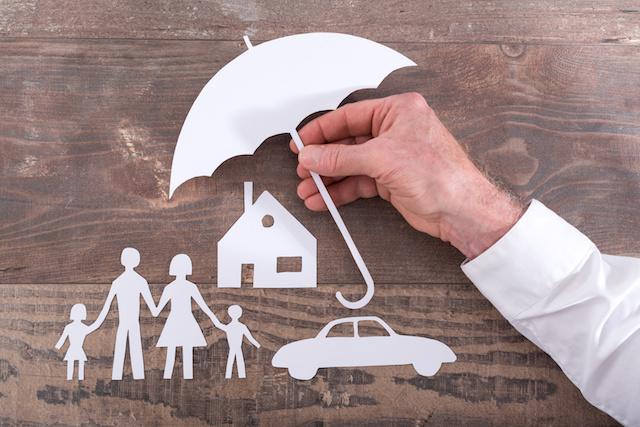 家族に傘を差す姿