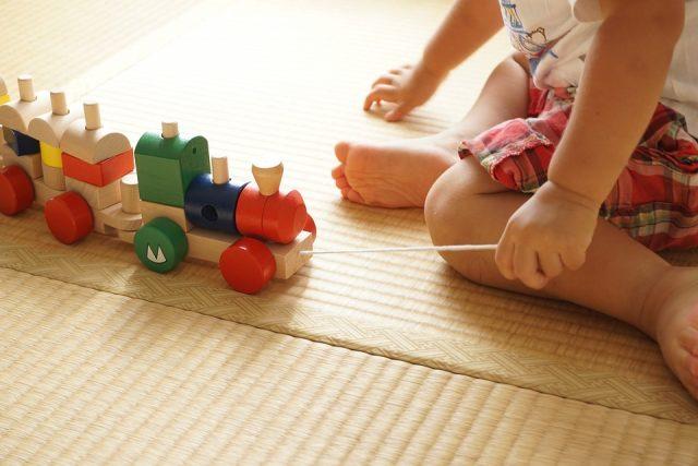 汽車のおもちゃで遊ぶ子ども