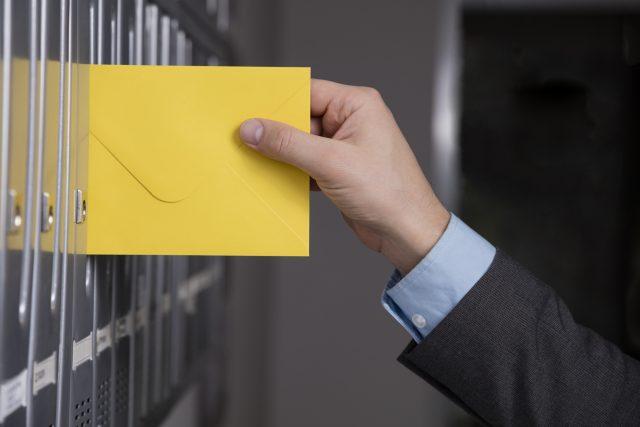 ポストに手紙を入れる瞬間