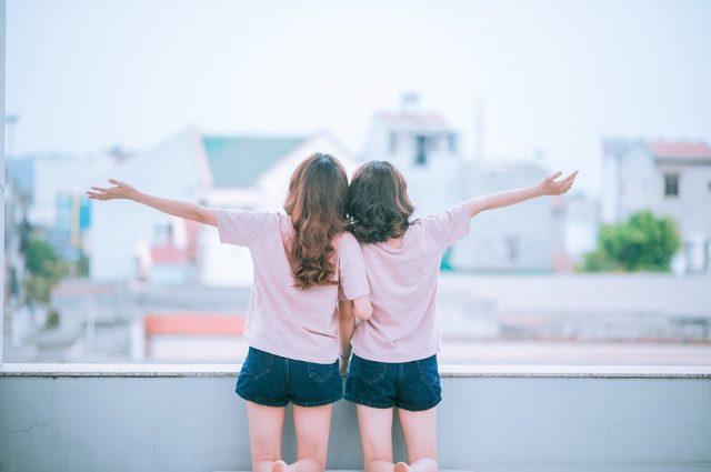 腕を組む2人の女性