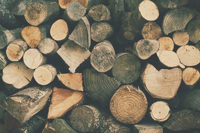 さまざまな木材が積まれている