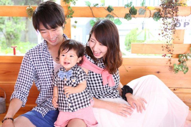 笑顔のママとパパと子ども