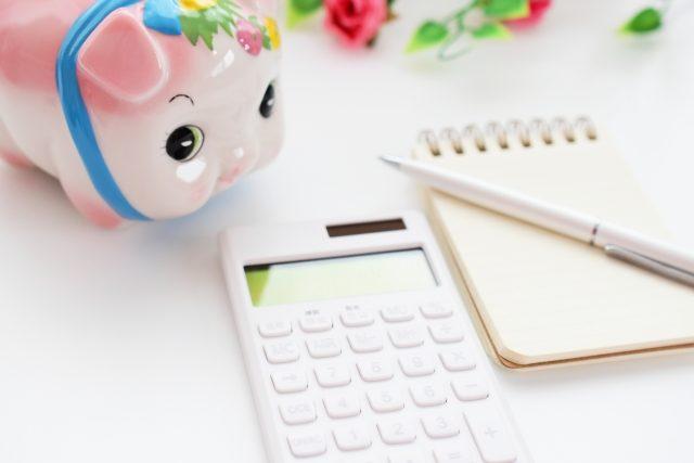 貯金箱と電卓とメモ用紙