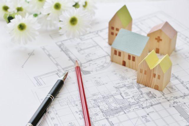 マイホームの設計図と家の置物