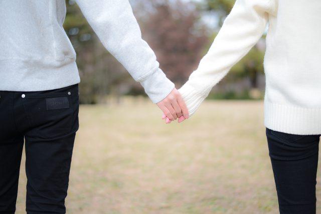 手をつなぐ二人
