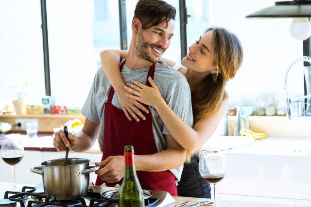仲良く料理する夫婦
