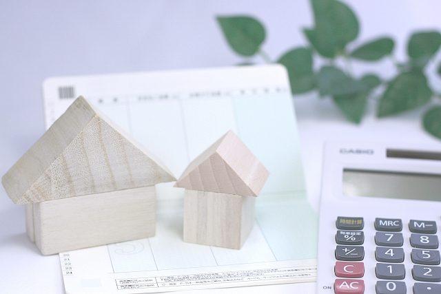 家の置物と通帳&電卓
