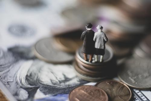 年金の支給開始は後ろ倒しになり受け取る年金は今よりも減少する可能性が高い